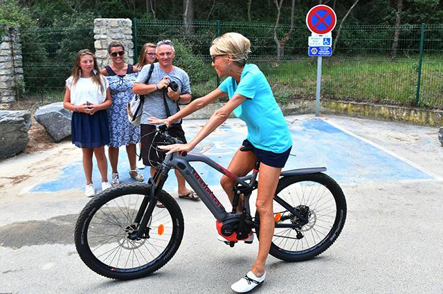 Брижит Макрон в микрошортах прокатилась на велосипеде во Франции