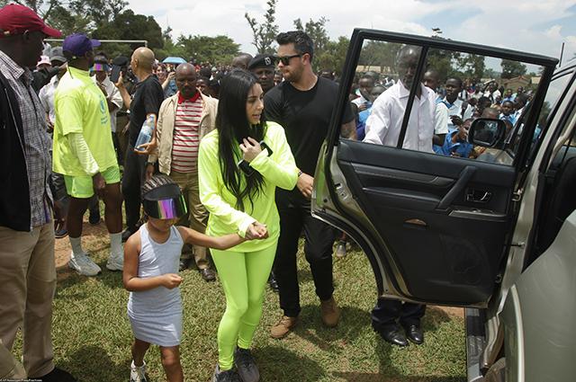 Ким Кардашьян и Канье Уэст свозили дочь Норт на сафари в Уганде и встретились с местными жителями