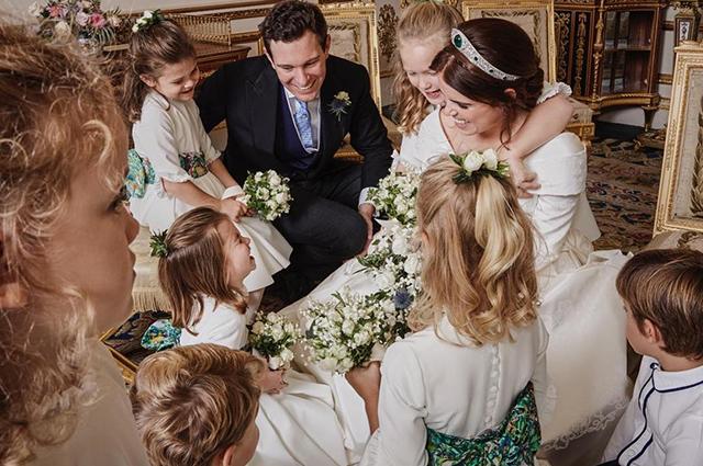Принцесса Евгения обнародовала трогательное свадебное фото со смеющейся принцессой Шарлоттой и другими детьми