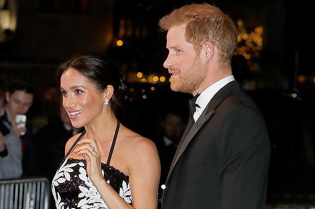 Меган Маркл в сверкающем топе из пайеток посетила с принцем Гарри театр в Лондоне