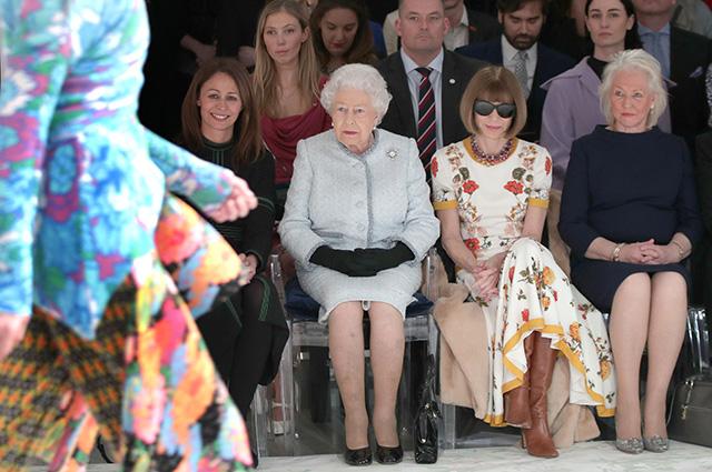 Кэролайн Раш, королева Елизавета II, Анна Винтур и другие гости показа Ричарда Куинна, 2018 год