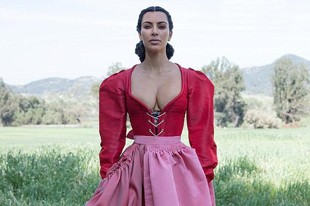 Ким Кардашьян снялась в образе скромницы в новой фотосессии