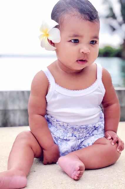 Хлое Кардашьян опубликовала в соцсети милую фотографию своей дочери Тру и Ким Кардашьян
