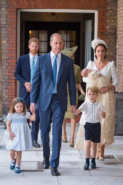 Принц Гарри, Меган Маркл, принцесса Шарлотта, принц Уильям, принц Джордж, КЕйт Миддлтон с принцем Луи