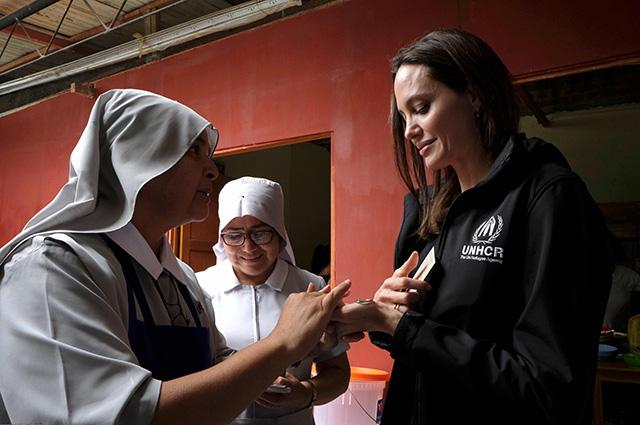 Анджелина Джоли с монахинями