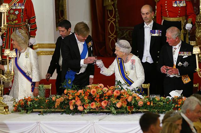 Герцогиня Корнуольская Камилла, король Виллем-Александр, королева Елизавета II, принц Чарльз и другие