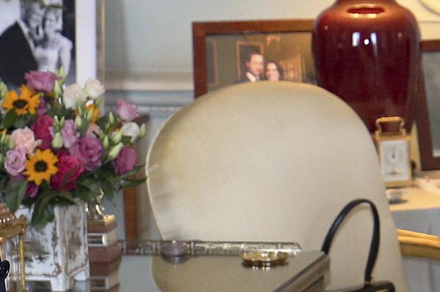 Фотографии на столе королевы Елизаветы II