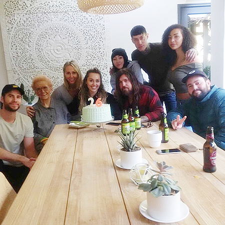 Майли Сайрус отметила день рождения с Лиамом Хемсвортом и семьей после потери дома из-за пожара