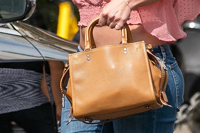 Классика нулевых: Бритни Спирс в розовом топе, джинсах и сапогах гуляет по Парижу