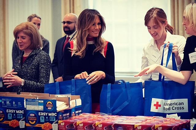 Мелания Трамп в ярких брюках выступила на мероприятии Красного Креста