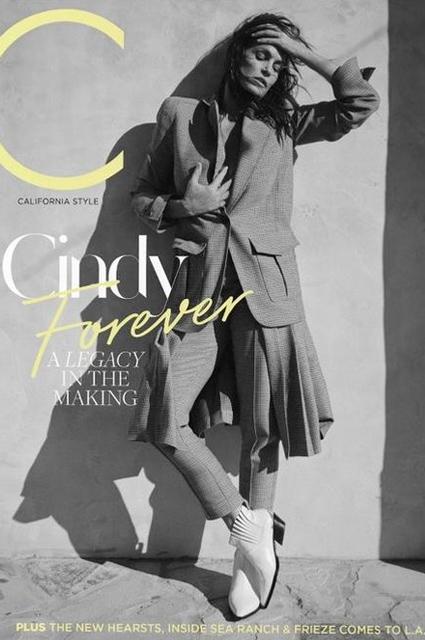 Синди Кроуфорд украсила обложку журнала и похвасталась хорошей формой в фотосессии