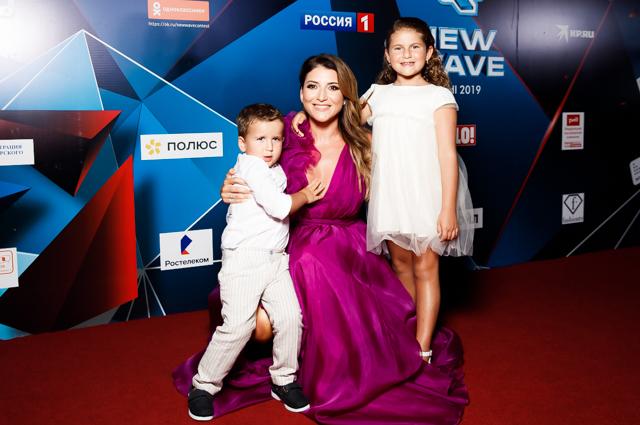 Жасмин с сыном Мироном и дочерью Маргаритой