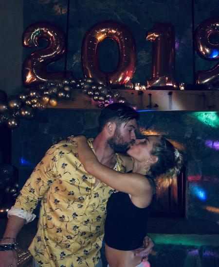 Майли Сайрус и Лиам Хемсворт проводят медовый месяц в кругу семьи: фото