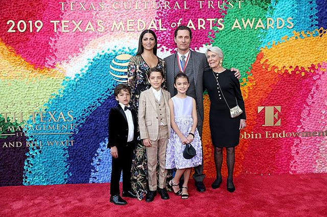 Мэттью Макконахи с мамой Кэй, женой Камилой Алвес и детьми