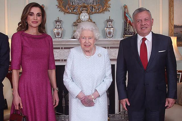 Королева Рания с мужем и сыном на аудиенции у Елизаветы II в Букингемском дворце