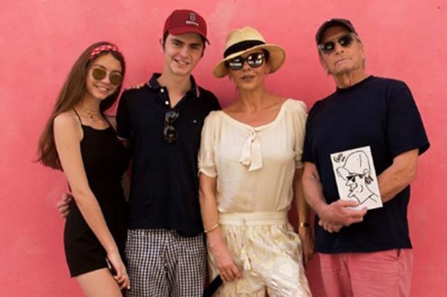 Кэтрин Зета-Джонс и Майкл Дуглас с детьми отдыхают на Кубе