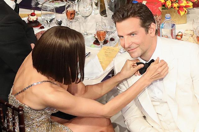 Ирина Шейк с любовью поправляет бабочку Брэдли Куперу на церемонии вручения премии «Золотой глобус»