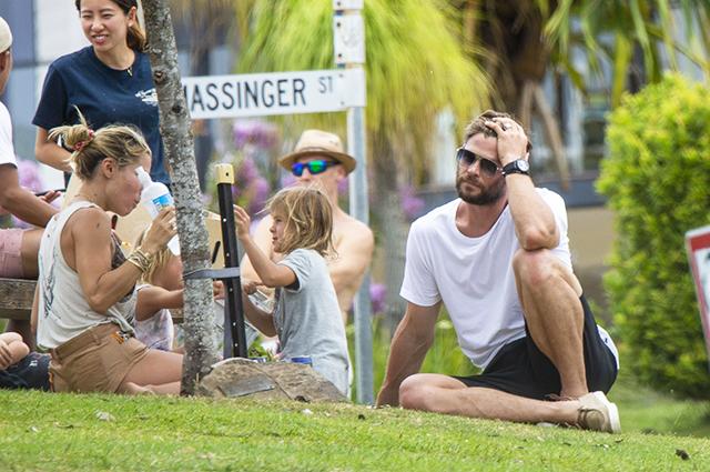Крис Хемсворт и Эльза Патаки устроили пикник с детьми в парке
