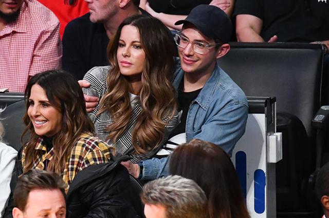 Кейт Бекинсейл подшутила над фанатами, которые приняли ее молодого друга за сына