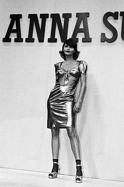 Хелена Кристенсен на показе Anna Sui в 1995 году