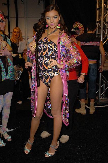 Миранда Керр за кулисами показа Heatherette в 2005 году