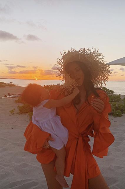 Кайли Дженнер увезла дочь к океану накануне ее первого дня рождения