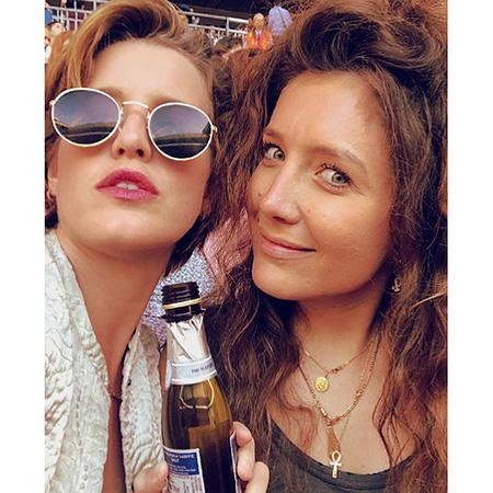 Элизабет Венеция с подругой