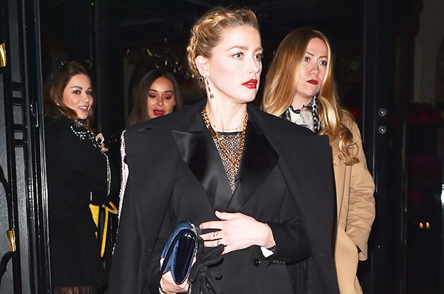Эмбер Херд в любимом образе total black провела вечер в Париже