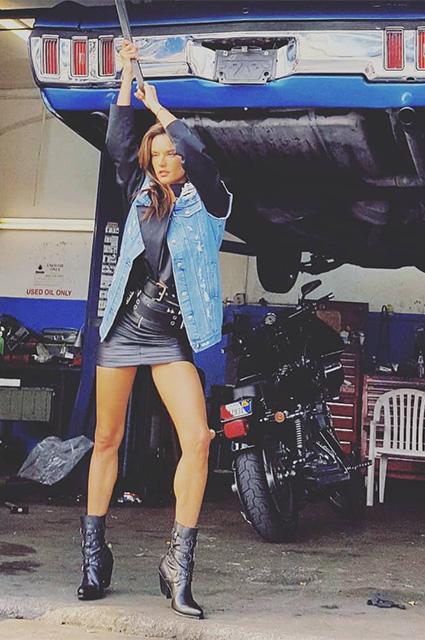Королева автомастерской: Алессандра Амбросио на съемках для глянцевого журнала