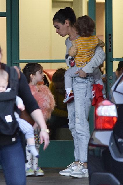 Мила Кунис с сыном Димитрием и дочерью Уайетт