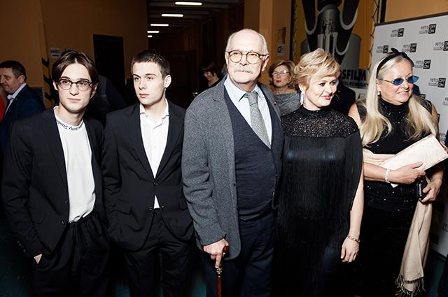 Никита Михалков с внуками Сергеем и Андреем, дочерью Анной и женой Татьяной