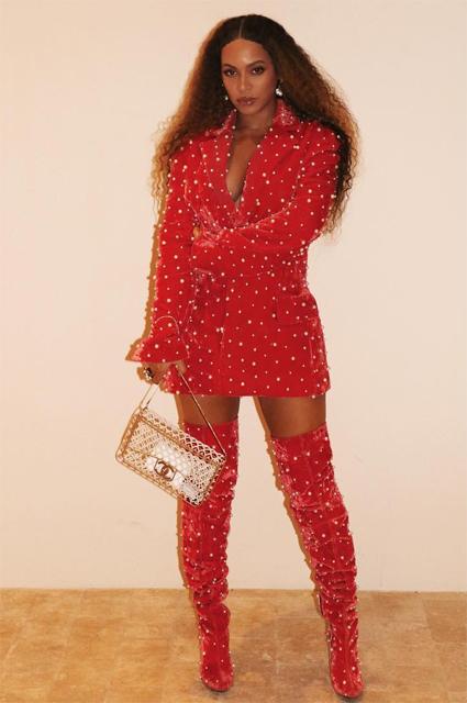 Образ дня: Бейонсе в ярко-красном платье с жемчугом