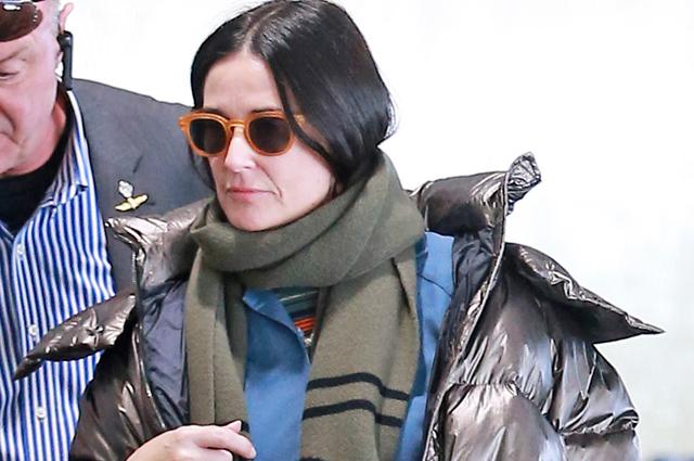 Уличный стиль знаменитости: Деми Мур в комбинезоне и блестящем пуховике