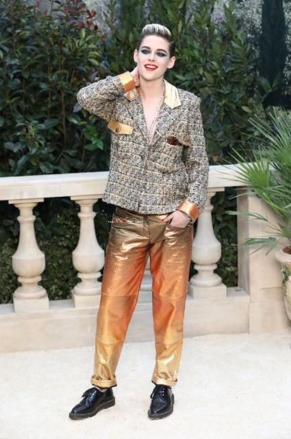 Наедине со своими мыслями: Кристен Стюарт в яркой толстовке на прогулке в Лос-Анджелесе