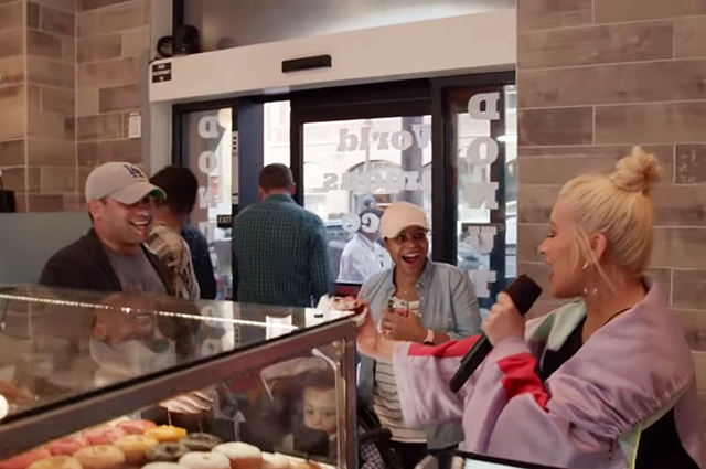 Кристина Агилера с посетителями кофейни
