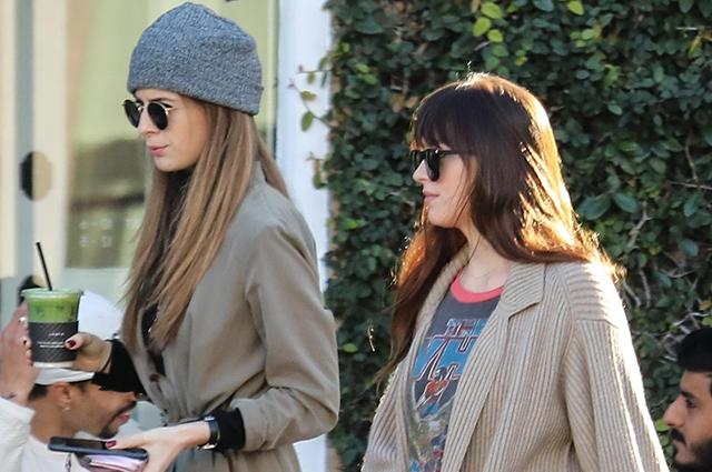 Дакота Джонсон на прогулке с младшей сестрой Грейс в Лос-Анджелесе