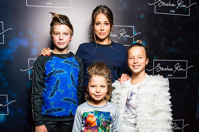 Мария Кожевникова, Юлия Барановская, Зара и другие звезды с детьми на модном показе