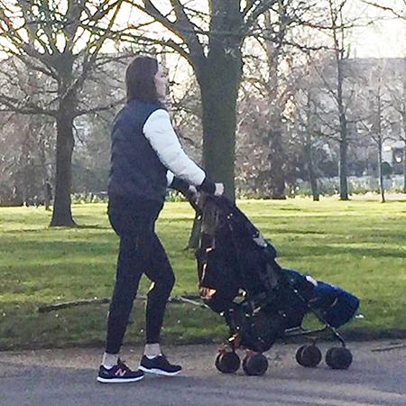 Так же как все: Кейт Миддлтон замечена на прогулке с принцем Луи в парке возле дома