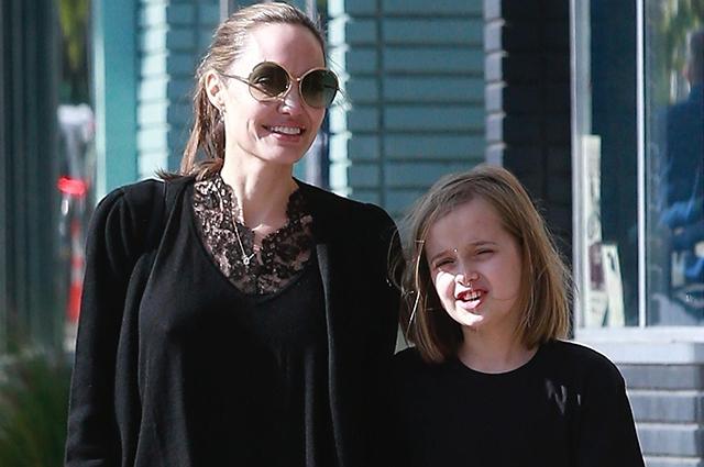 Хороший день: Анджелина Джоли с дочерью Вивьен на прогулке в Лос-Анджелесе