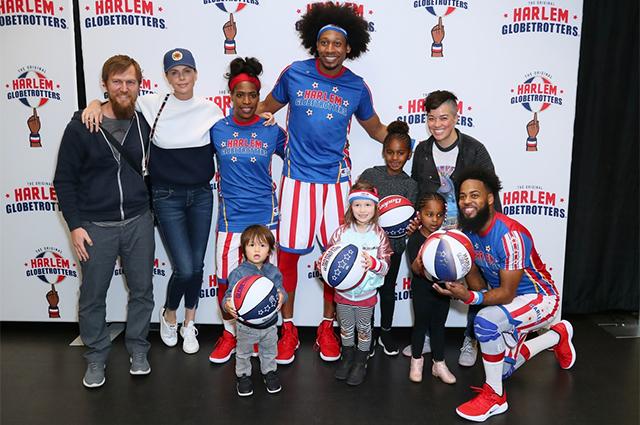 Шарлиз Терон с сыном Джексоном, дочерью Августой и спортсменами