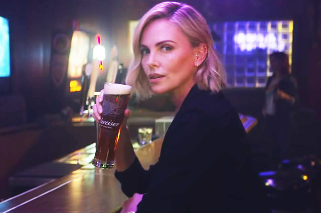 Шарлиз Терон в рекламе пива