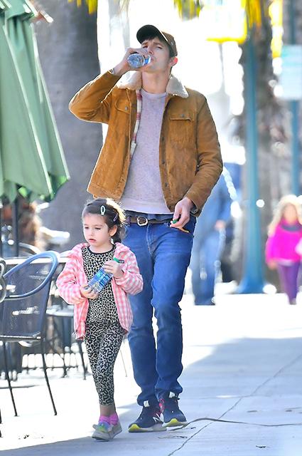 Мила Кунис и Эштон Катчер на прогулке с детьми в Лос-Анджелесе: новые семейные фото