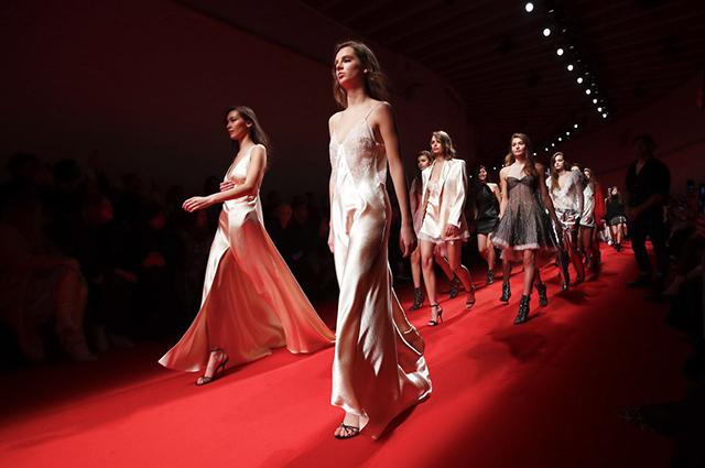 Неделя моды в Милане: Белла Хадид на показе Philosophy di Lorenzo сезона осень-зима 2019/2020
