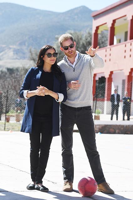 Дворовый футбол и тату хной: принц Гарри и Меган Маркл посетили женский пансион в Марокко