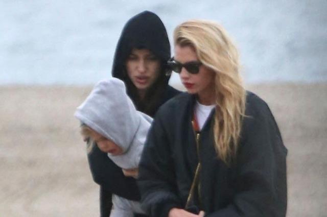 Ирина Шейк прогулялась по пляжу с дочерью и Стеллой Максвелл