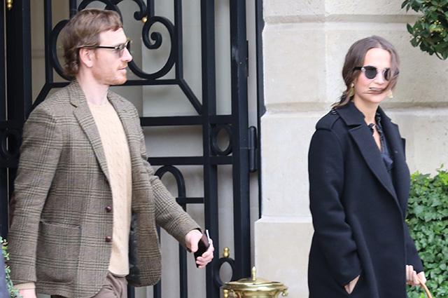 Алисия Викандер и Майкл Фассбендер прилетели в Париж на Неделю моды: свежие фото пары