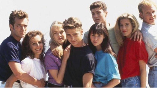 """Люк Перри, Габриэль Картерис, Дженни Гарт, Джейсон Пристли, Шеннен Доэрти, Брайан Остин Грин, Тори Спеллинг и Йен Зиринг в сериале """"Беверли-Хиллз 90210"""""""