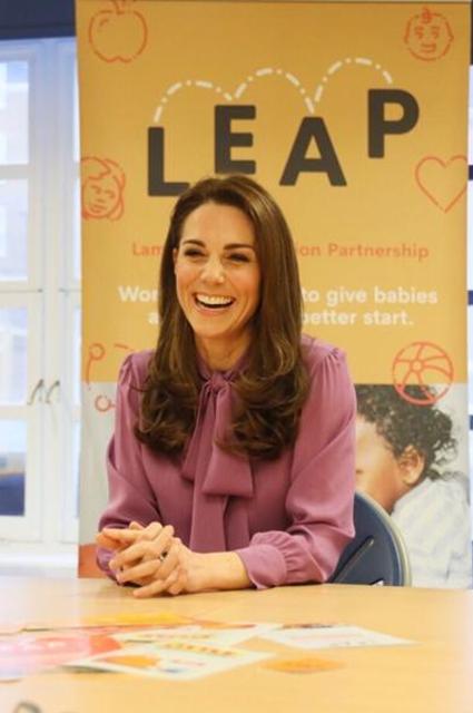 Кейт Миддлтон в необычном для герцогини модном образе посетила детский центр в Лондоне