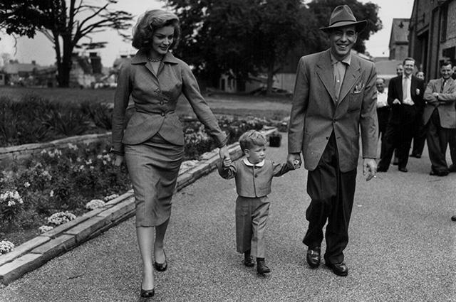 Лорен Бэколл и Хамфри Богарт с сыном