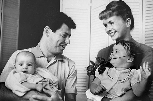 Дебби Рейнольдс и Эдди Фишер с детьми